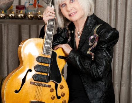 Jacqueline Savio con parte della collezione di chitarre del grande musicista Totò Savio.